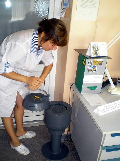 Подготовка к определению Cs-137 (цезия) на приборе УСК Гамма Плюс. Главный агрохимик по анализу растений ‑ Журавель Н.В.