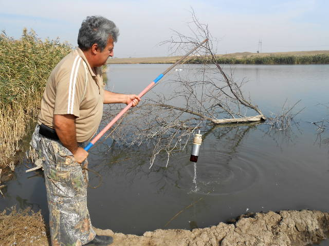 Отбор проб воды осуществляет Давыскиба А.А., р. Каменка