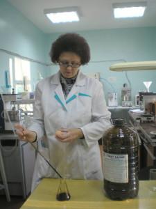 Отбор пробы гумата для выполнения анализа. Ведущий агрохимик ‑ Ометова Т.Г.