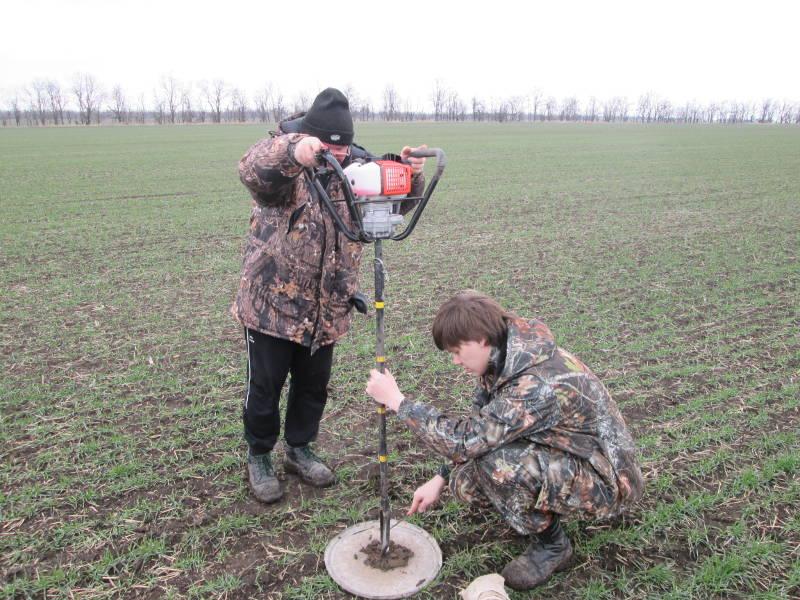 Отбор почвенных проб проводят гл. почвовед Макоед А.А. и агрохимик Фуфлев С.В.