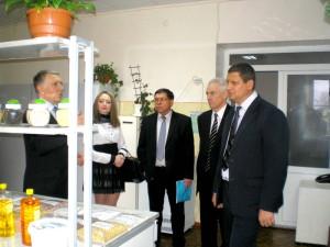 Зам.министр сельского хозяйства Ставропольского края - Егоров В.П. осматривает испытательную лабораторию