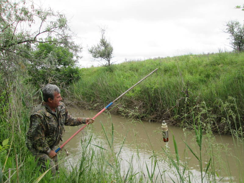 Отбор проб воды осуществляет (на водных объектах р. Ташла) главный агрохимик Давыскиба А.А.