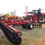 Трактор VERSATILE 2375 с тандемной дисковой бороной DX-850/1080
