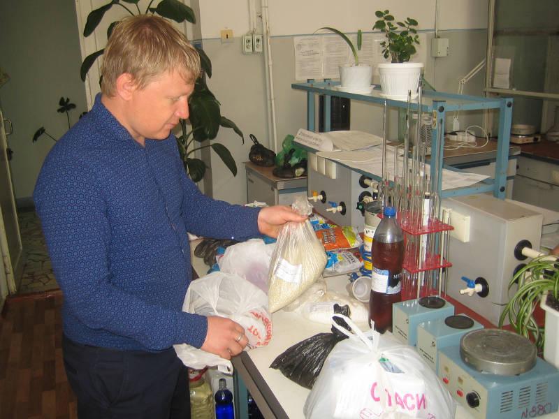 Агрохимик отдела применения удобрений Фильчев М.И. сдает образцы минеральных удобрений в аналитический отдел