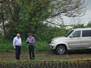 Начальник отдела Олейников А.Ю. и главный агроном Ушаков А.Д. контролируют и фиксируют процесс развития растений на опытном участке