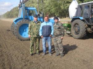 Сотрудники агрохимцентра с главным агрономом хозяйства