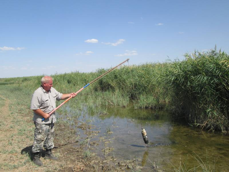 Отбор проб воды на р. Калаус осуществляет главный почвовед Макоед А.А.
