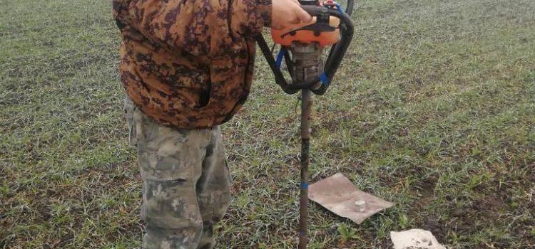 Главный агрохимик Давыдов В.Е. проводит отбор почвенных образцов бензобуром в метровом слое почвы