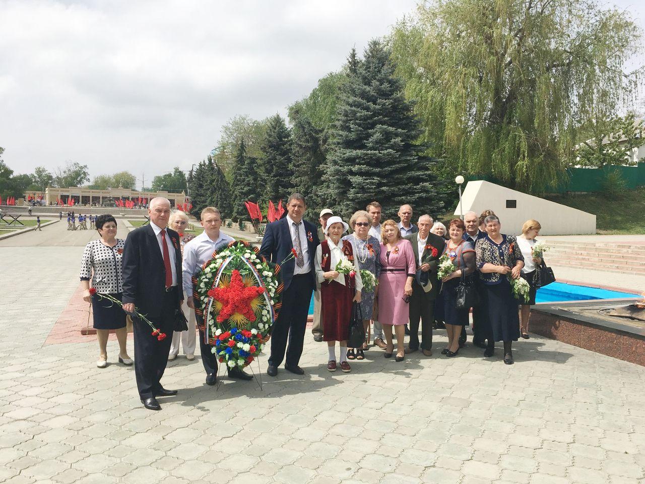 Коллектив агрохимцентра у мемориала Вечной памяти павшим в годы 1941-1945 гг.