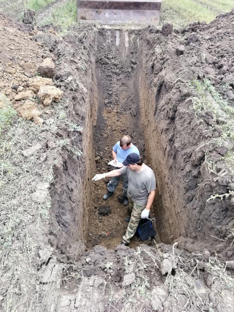 Главный почвовед Чернов В.А. и ведущий агрохимик Фуфлев С.В. проводят морфологическое описание почвенного профиля