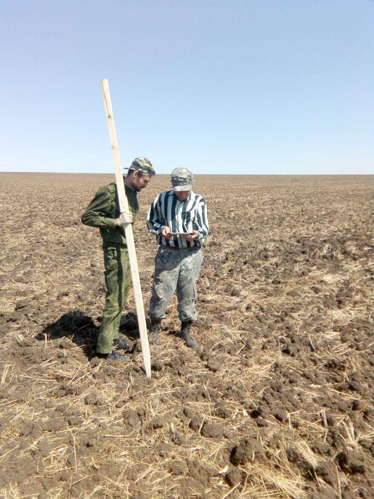 Главный агрохимик Давыдов В.Е. и ведущий агрохимик Матвиенко А.В. устанавливают на местности границы опытных делянок