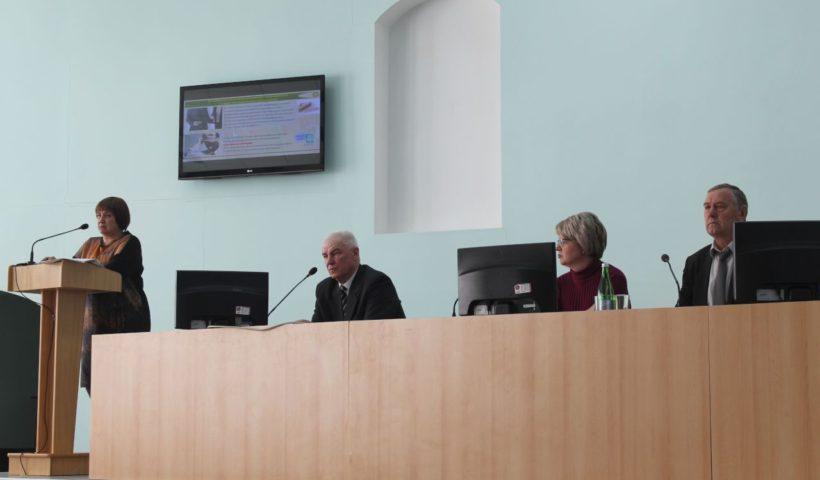 Заведующий сектором применения удобрений и опытов Николай Зеленский отвечает на вопросы из зала