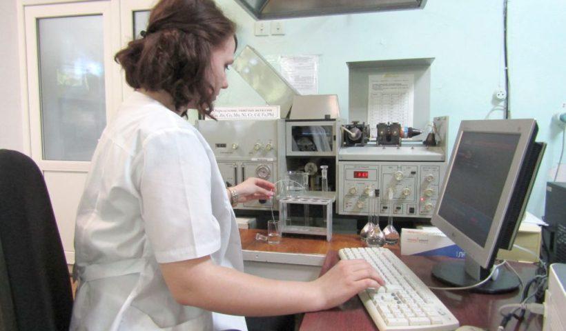 Определение микроэлементов в растениях на атомно-абсорбционном спектрометре проводит агрохимик 2 категории Екатерина Маяцкая