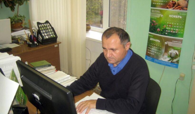 Главный агрохимик Владимир Давыдов выполняет статистическую обработку данных