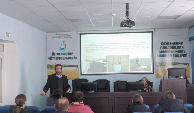 Зам. директор Анатолий Бурлай с презентацией