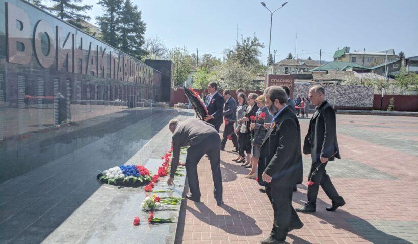 Возложение цветов на Мемориале Вечной памяти павшим в годы 1941-1945 гг