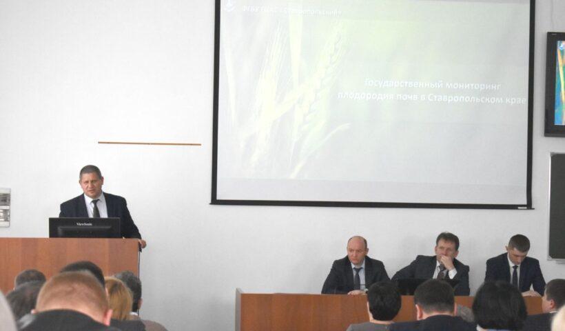 """Руководитель агрохимцентра """"Ставропольский"""" Егоров В.П. выступает с докладом"""